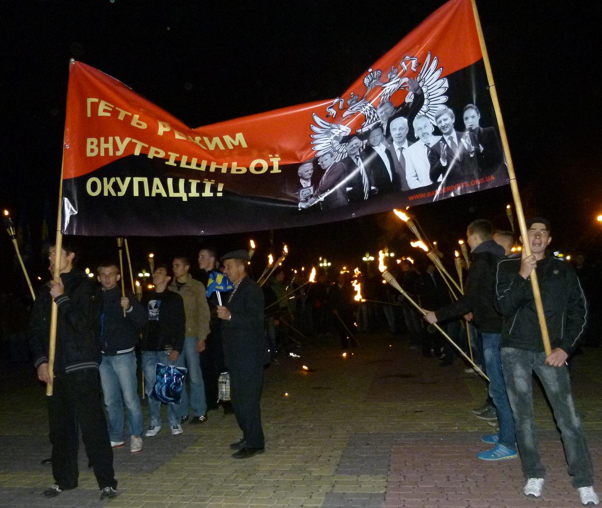 Marsz z pochodniami na rozpoczęcie wiecu partii Swoboda